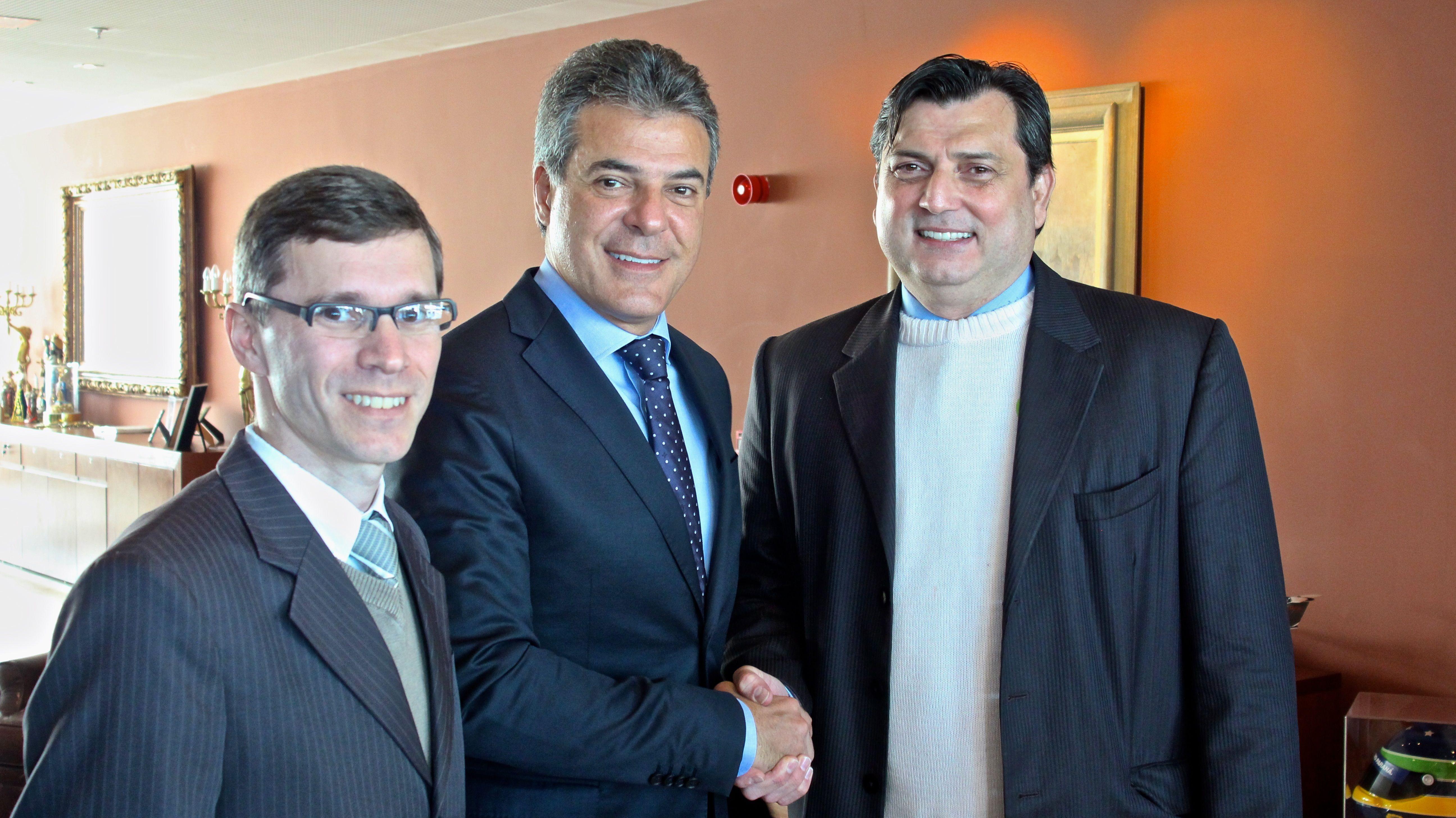 Adriano Krzyuy, vice de Articulação Política da Assespro-Paraná, governador Beto Richa e Sandro Molés da Silva, presidente da Assespro-Paraná